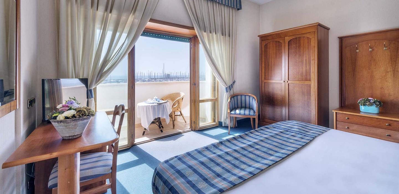 Camera matrimoniale deluxe astura palace hotel for Camera letto nettuno